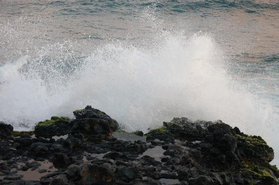 Poipu Shores Resort: Waves against rocks - the sound is amazing!