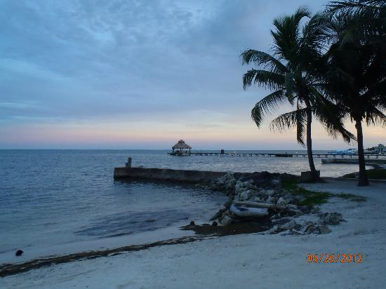 Caribbean Villas Hotel: view from the beach in the evening