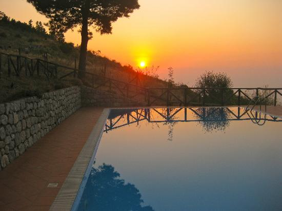 San Marco D'Alunzio, Italia: sunset over magic pool