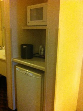 Best Western Plus Gateway Inn & Suites: fridge and microwave