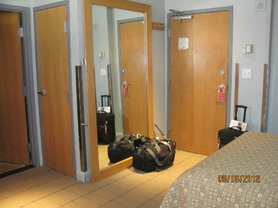 Charlesmark Hotel: mirror