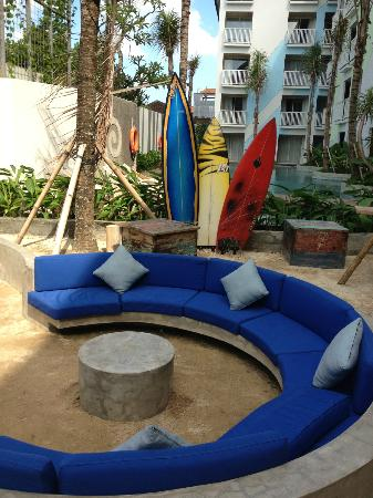Bliss Surfer Hotel: outdoor waiting/gathering area