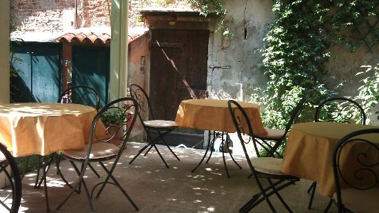3749 بونتي شيودو جيست هاوس: breakfast area, garden 