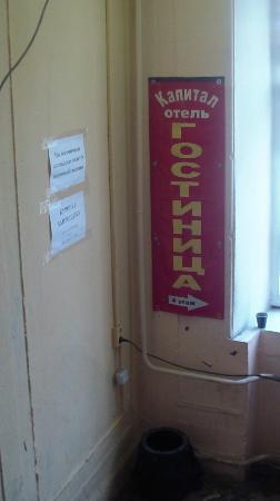 Kapital Hotel na Moskovskom: указатель отеля на лестничной клетке