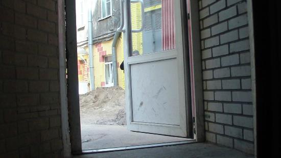 Kapital Hotel na Moskovskom: выход из отеля во двор