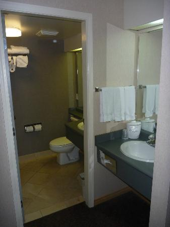 Holiday Inn West Kelowna: Bathroom