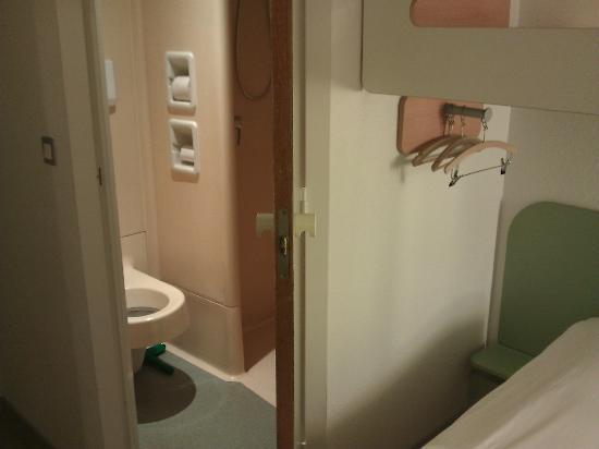 Ibis Budget Mulhouse Dornach : Depuis les WC, pieds dans la douche (sportgogo juin 2012)
