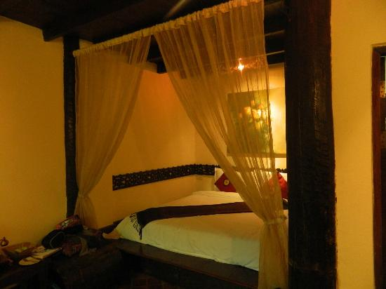 Ramayana Boutique Hotel: The main bed, was quite dark on this side of the room.