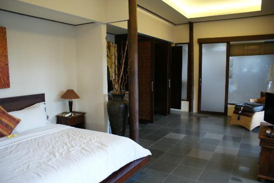 The Kampung Ubud Villa: Habitación y baño al fondo.
