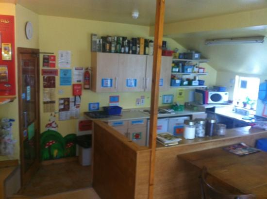 Skye Backpackers Hostel: social hub in the kitchen