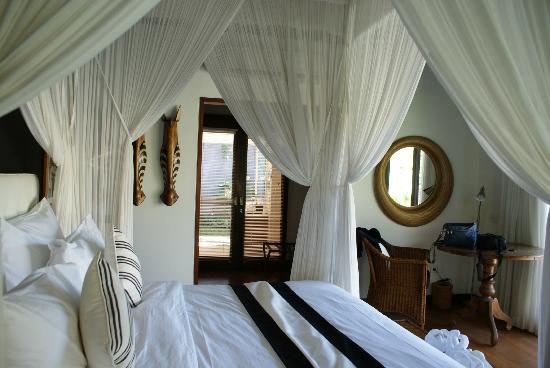 The One Boutique Villa: Acceso de la habitación al baño a través del vestidor