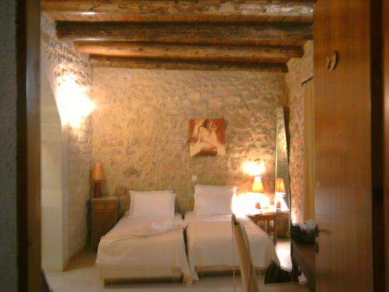 Casa Moazzo Suites & Apartments: The bedroom and its wooden ceiling (real tree trunks!)