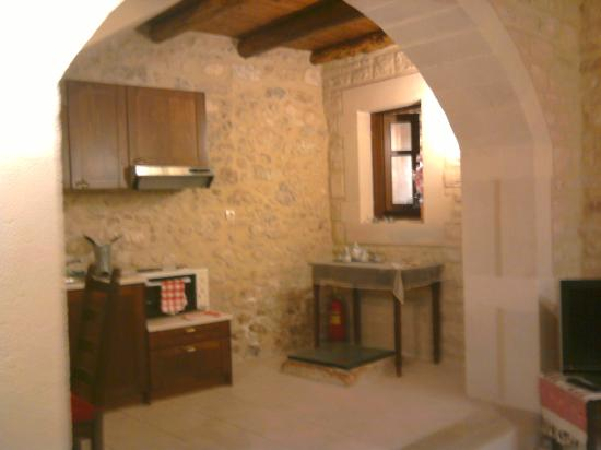 Casa Moazzo Suites & Apartments: The kitchen and the bathroom window. Under the table there is an old well (covered with glass)!