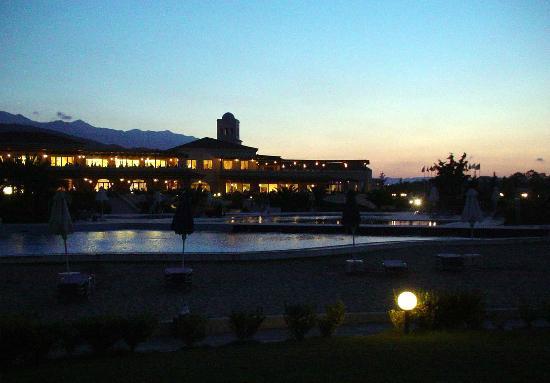 Pilot Beach Resort: Palazzina centrale notte