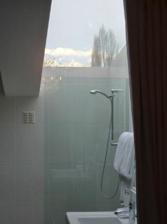 โรงแรมควีนส์ทาวน์ พาร์ค: View from the shower (the glass panel mists up when you turn the water on)