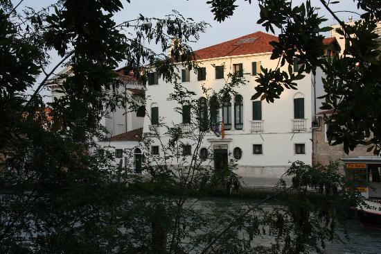 Casa Sant'Andrea: Vista frente canal