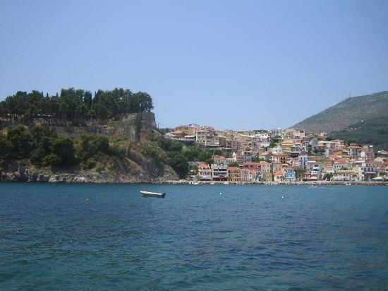 Venetian Castle of Parga: To the left is the hill with the castle, under it climbs the village of Parga.