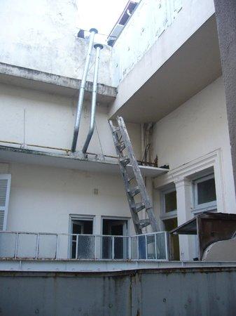Gran Hotel Libertad:                   Vista desde la terracita de la habitacion-appart 211 al edificio lindante