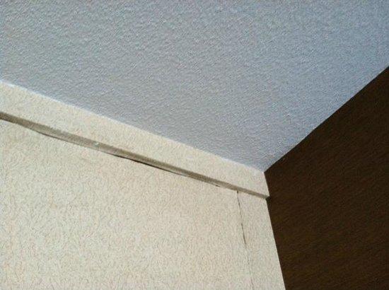 Holiday Inn Akron-Fairlawn: room wall damage
