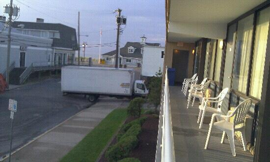 Harris House Motel: more early morning deliveries