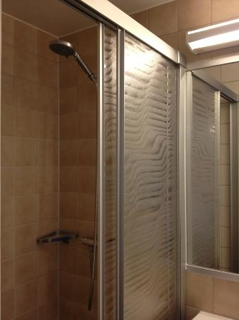 Arken Hotel & Art Garden Spa: Room 507 standard shower.