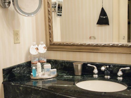 Omni San Francisco Hotel: バスルームも広々してました。