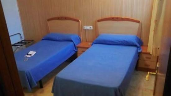 Hospedaje Los Rosales : Two twin beds opposite view