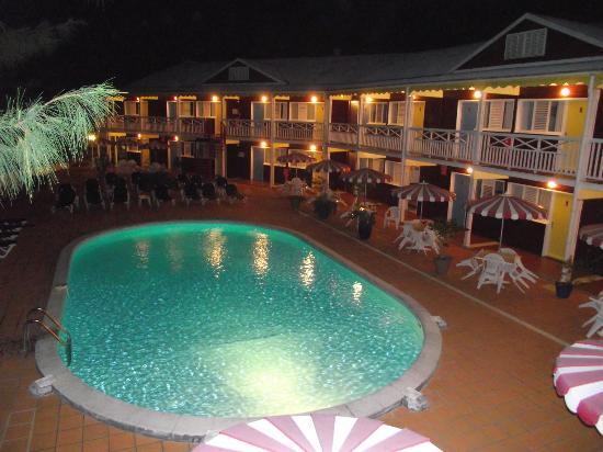La Maison Creole: piscine et vue sur les chambres