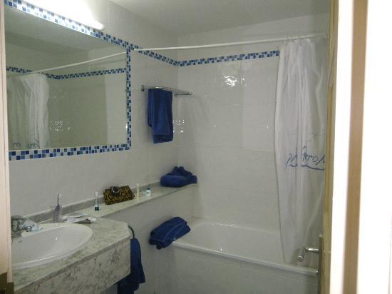 Apartamentos THe Morromar: Baño correcto con amenities