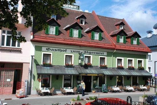 Gasthof zum Jaegerwirt: View of hotel from square.