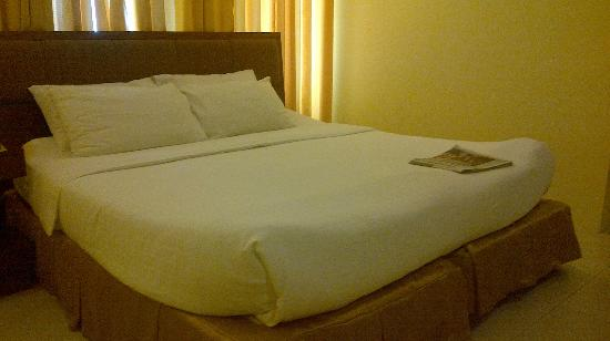 Home Crest Hotel: Big bed