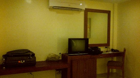 Home Crest Hotel : TV, wide space for luggages