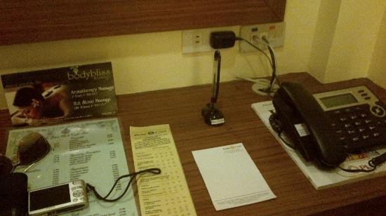 Home Crest Hotel: Desk