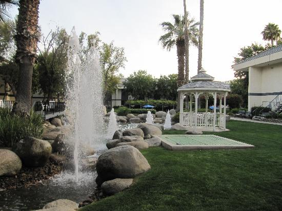 Foto De Four Points By Sheraton Bakersfield  Bakersfield  Another View Of Grounds  Daytime