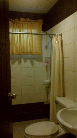 Home Crest Hotel: Shower area