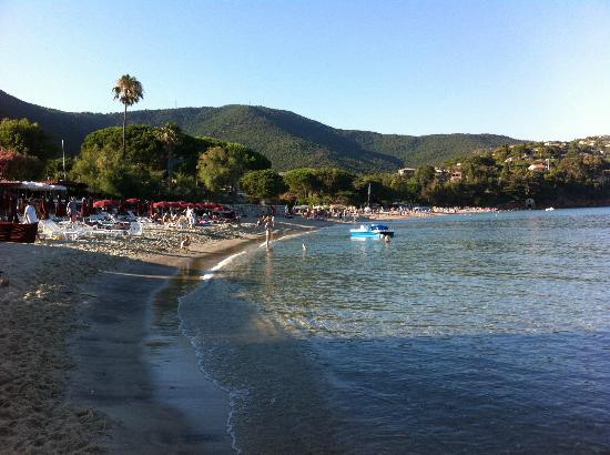 La vue de la piscine picture of residence goelia le - Le lavandou camping avec piscine ...