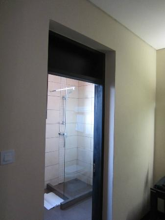 Protea Hotel by Marriott Kampala: Shower room