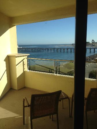 Malibu Beach Inn: Private balcony w/2 comfy chairs