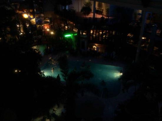 L'Hotel Quebec: Vu de soirée du balcon sur la piscine