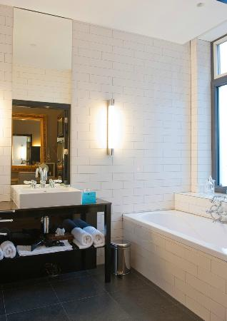 Hotel Les Nuits: Bathroom Just Friends room