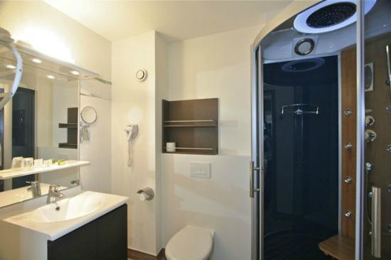 Hotel Arbor - Auberge de Mulsanne : salle de bain avec douche balneo