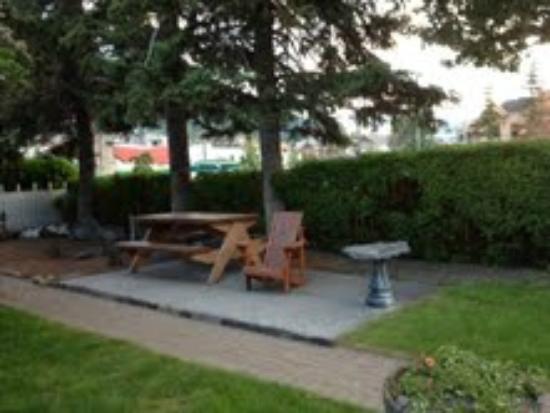 Banff Beaver Cabins: Inviting picnic table