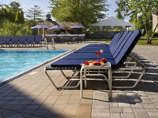 Doral Arrowwood: Poolside at the Outdoor Pool Area