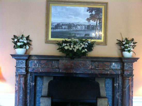 Shapwick House Hotel: Reception area - fireplace is perfect for flowers