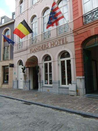 Flanders Hotel: outside the hotel