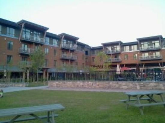 Jay Peak Resort: View of hotel from outdoor pool