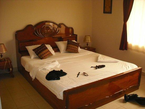 Golden Rooster Hotel: Bed