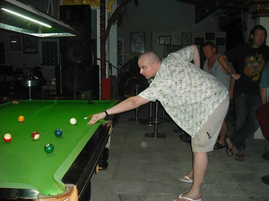 Golden Rooster Hotel: The bar and pool table