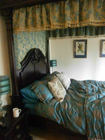 Balmuirfield House Bed and Breakfast: Our stunning bed, so comfortable.