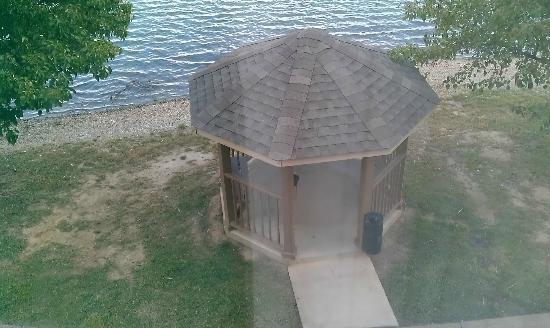 Hilton Garden Inn Evansville: gazeebo just below our room